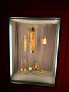 """Im @KunsthistorischenMuseum Wien: #WesAnderson und #Juman_Malouf kuratieren Ausstellung """"Spitzmaus Mummy in a Coffin and Other Treasures"""". Hier: sehr kleine Musikinstrumente. Der Audioguide ist eingesprochen von Jason Schwartzman, anhören lohnt sich, vor allem der Hintergrund zu den unterschiedlichen konservatorischen Bedürfnissen der ausgestellten Objekte, die ein paar Jahrtausende umspannen! Läuft bis 28. April. #curating #khm"""