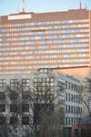 Unger Gebäude um Vordergrund, ehemaliges Postbankgebäude dahinter. Endlich Zeit zu fotografieren #covid19 #endlichzeit #walkingwhileworking